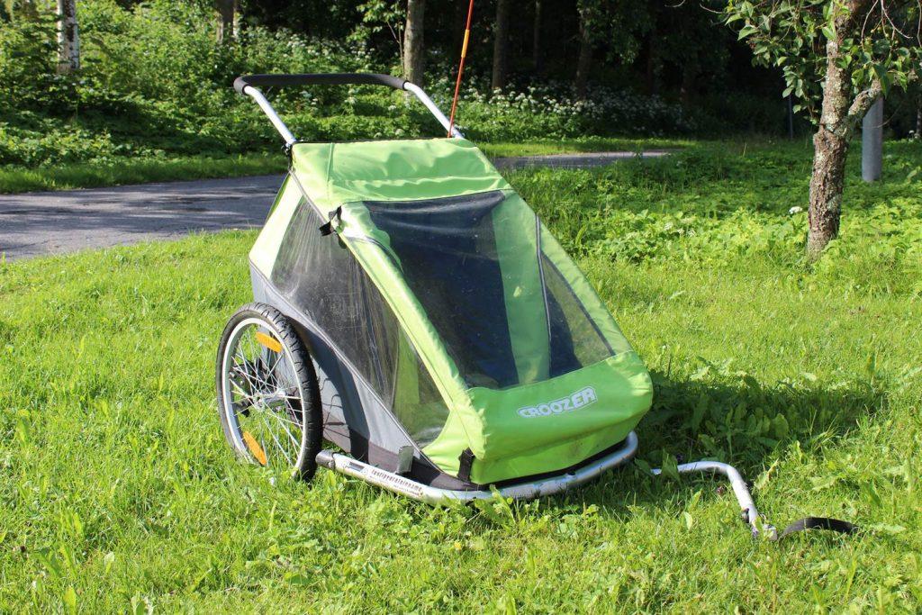 Vihreä Croozer-merkkinen pyörän peräkärry.