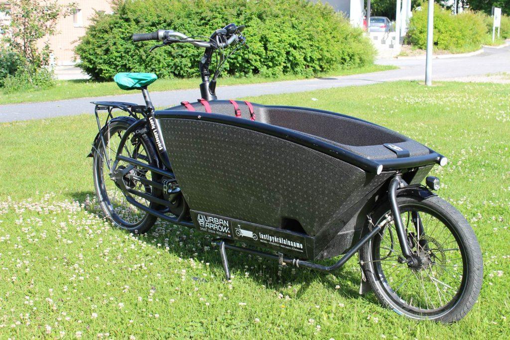 Kaksipyöräinen, musta, sähköavusteinen Urban Arrow Family -merkkinen laatikkopyörä.