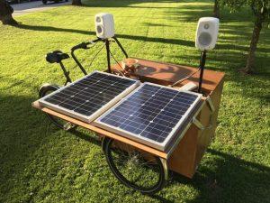 Aurinkokennoin, rummuin ja kaiutinjärjestelmin varustettu Ilona-laatikkopyörä.