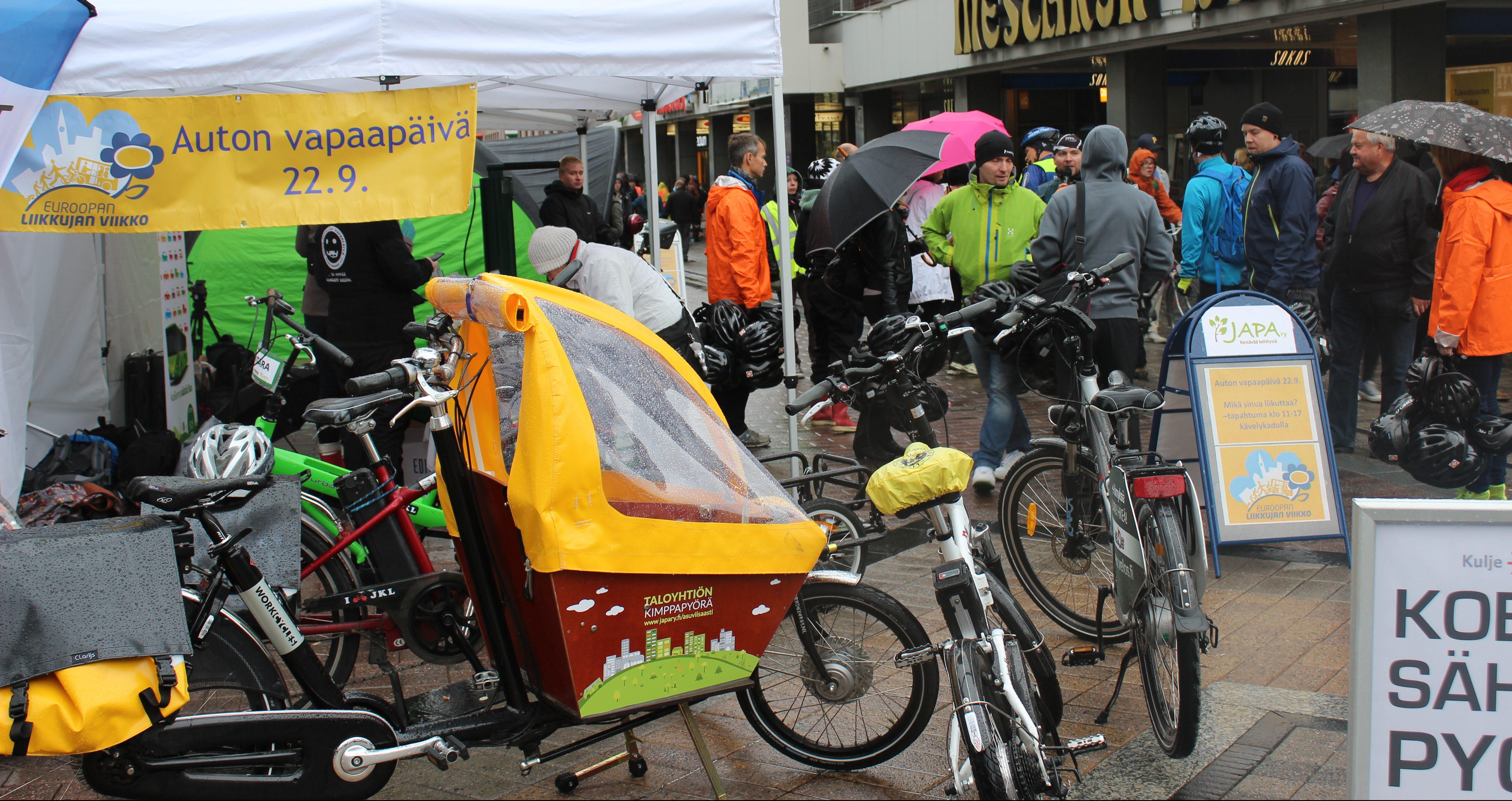 Liikkujan viikon tapahtuma kävelykadulla, telttoja ja ihmisiä..
