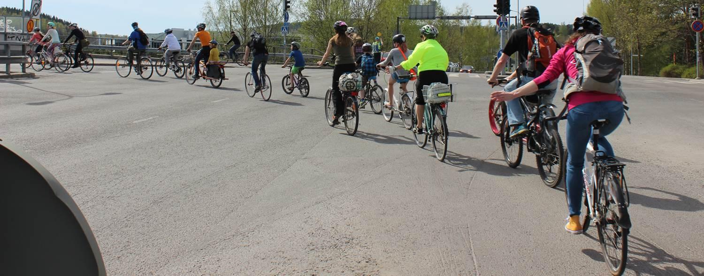 Pyöräilijöitä jonossa.