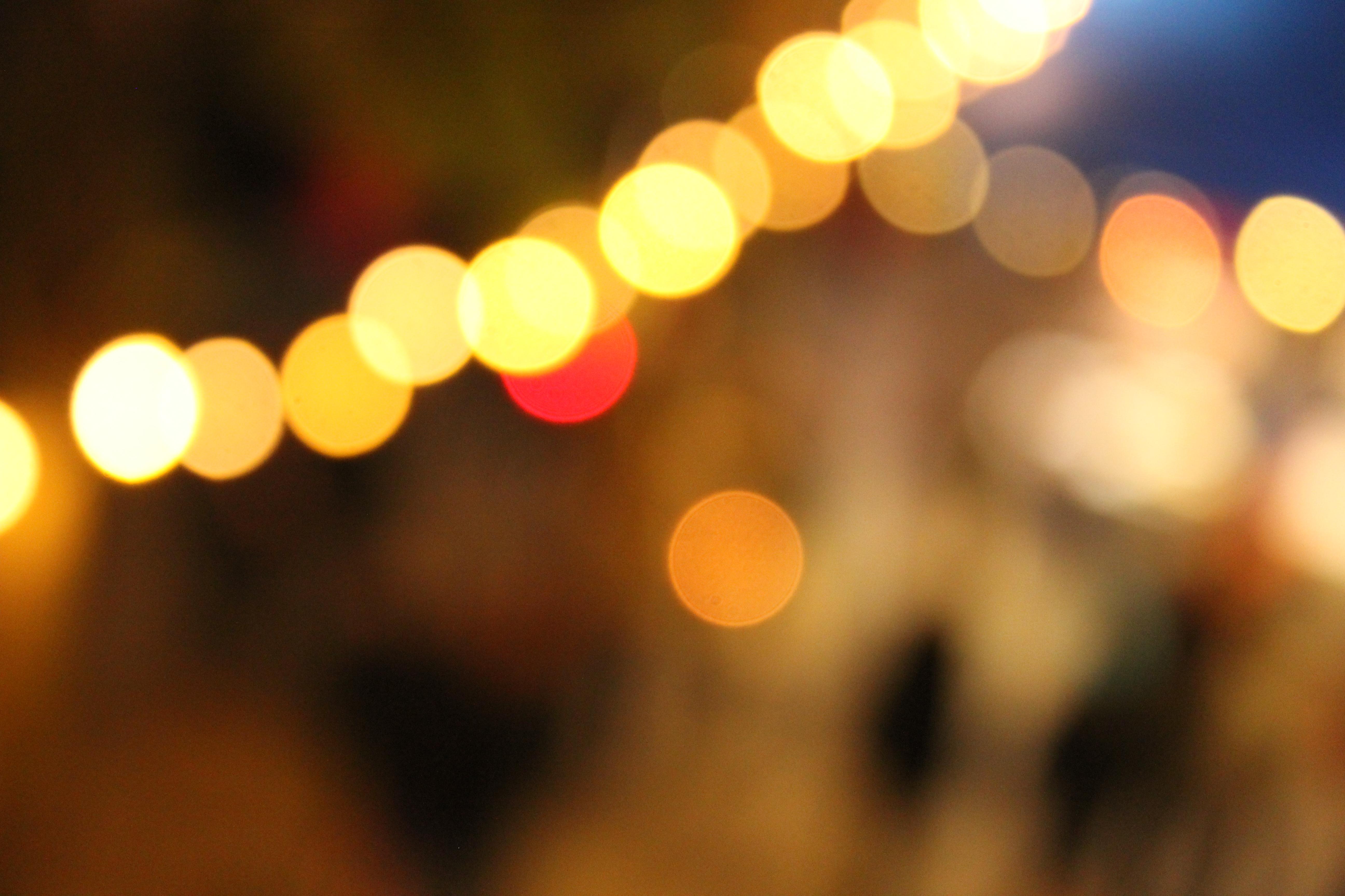 Tunnelmallinen kuva iltavaloista.