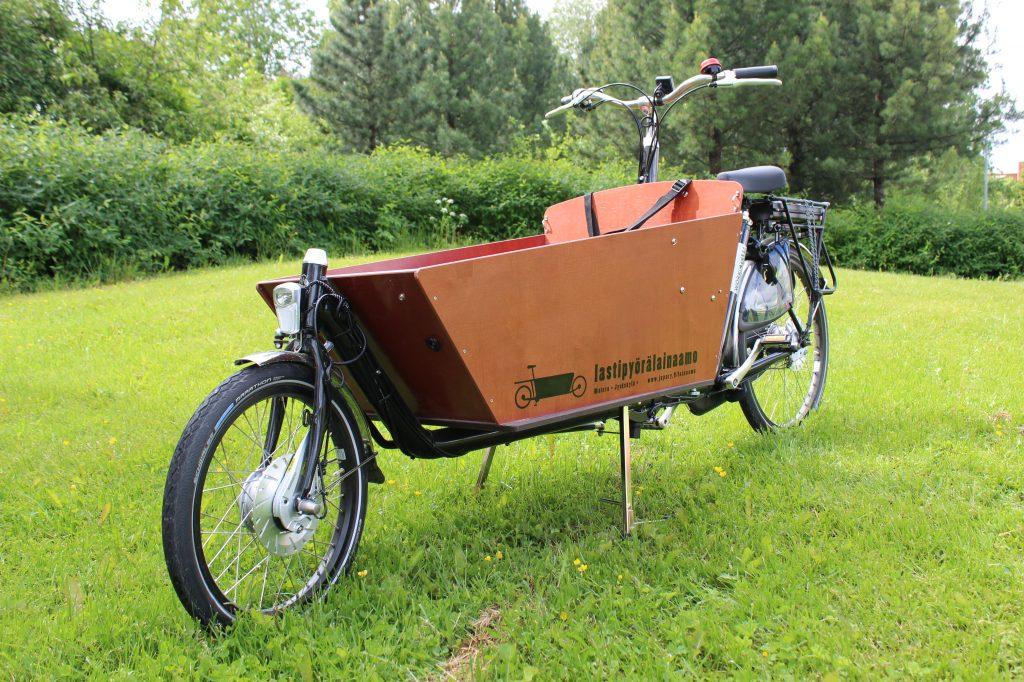 Kaksipyöräinen, ruskea, sähköavusteinen Workcycles Long -merkkinen laatikkopyörä.