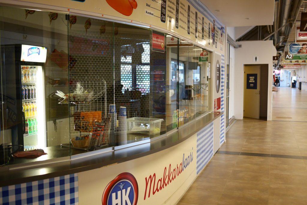 Kahvikioski jäähallin käytävällä