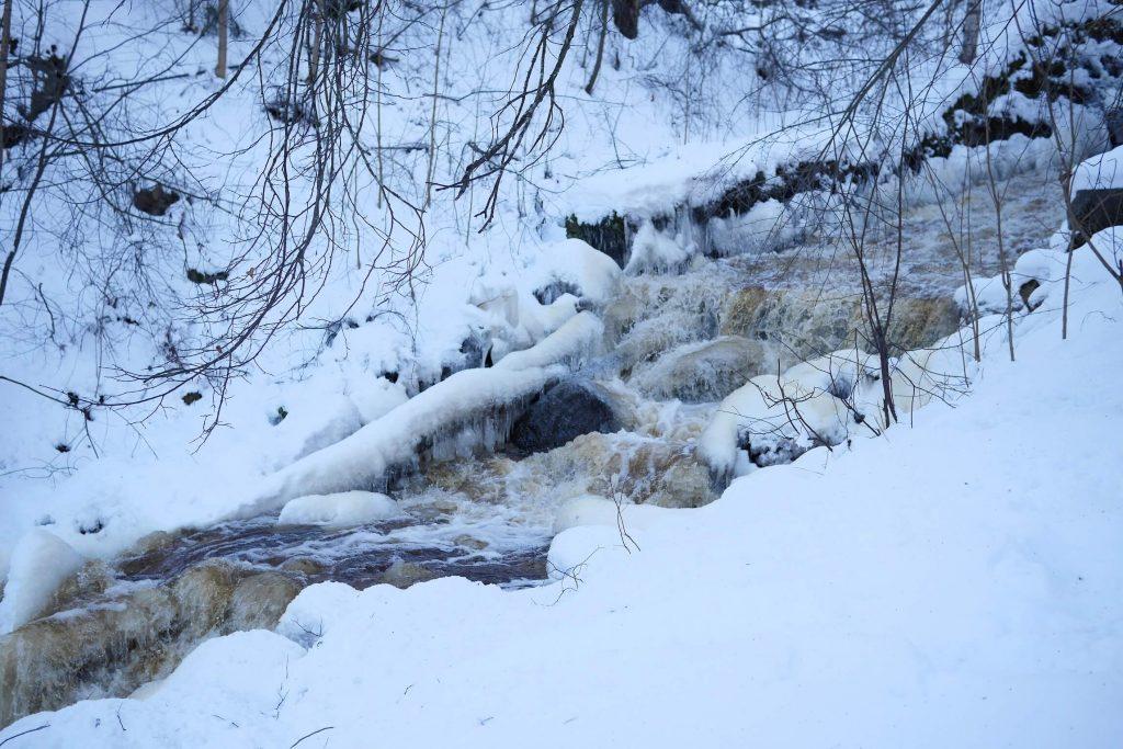 Talvinen koskimaisema