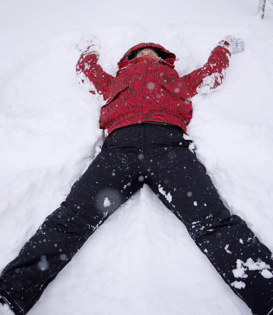 Heta tekemässä lumienkeliä