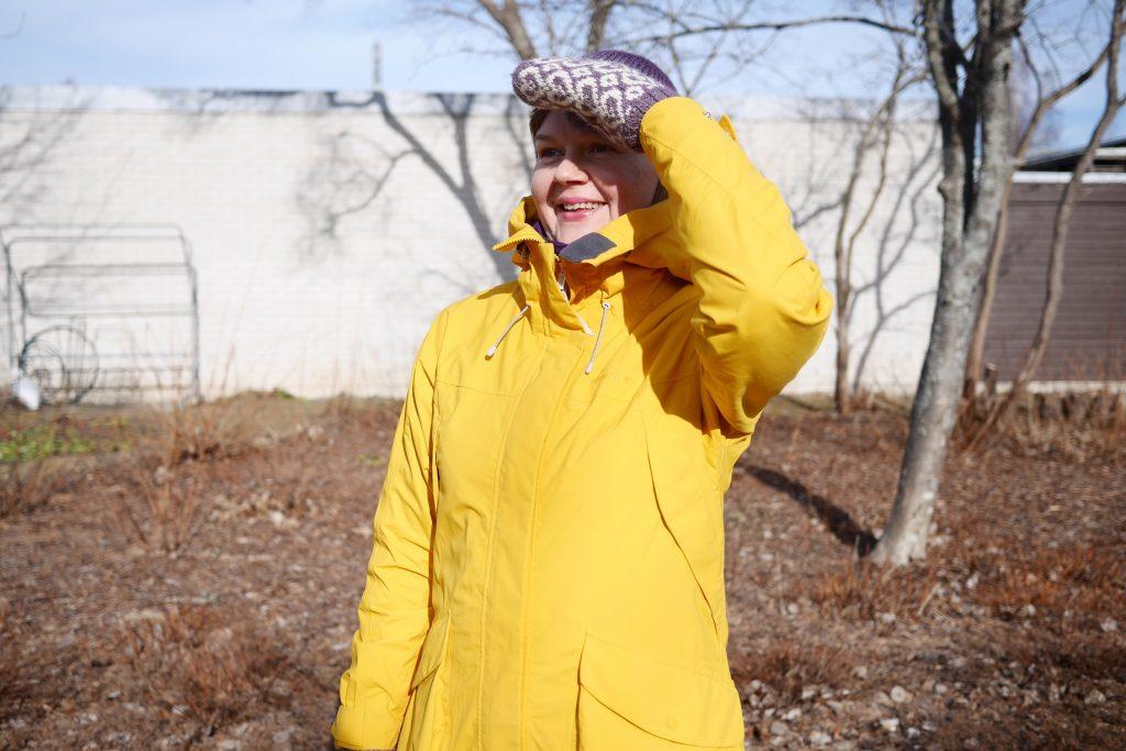 Hymyilevä Paula aurinkoisissa maisemissa