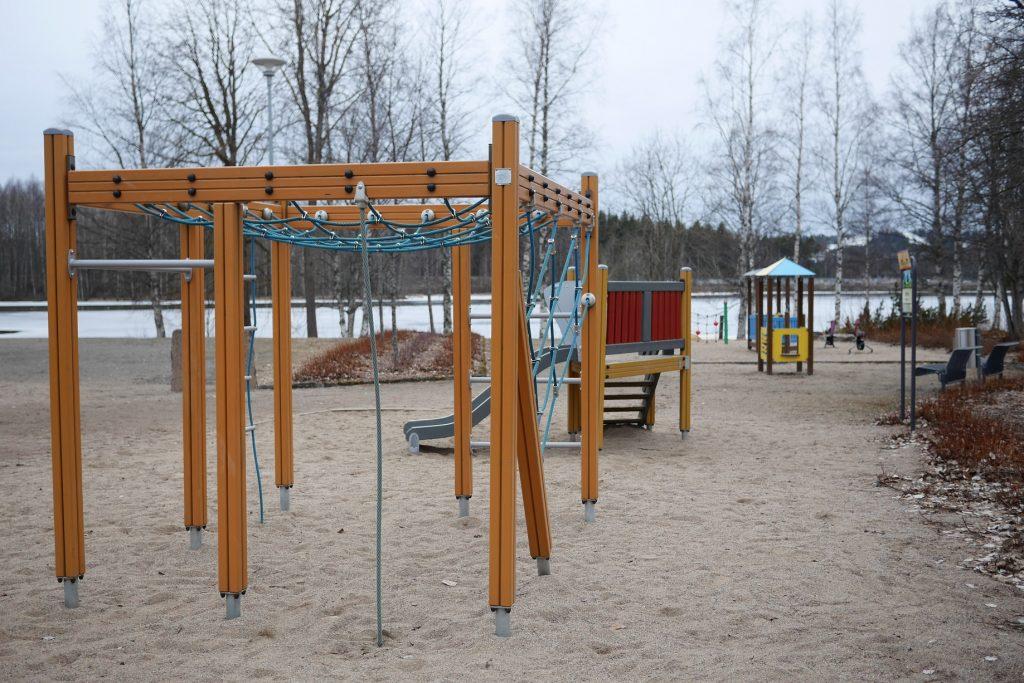 Kiipeilyteline ja liukumäki leikkipuistossa