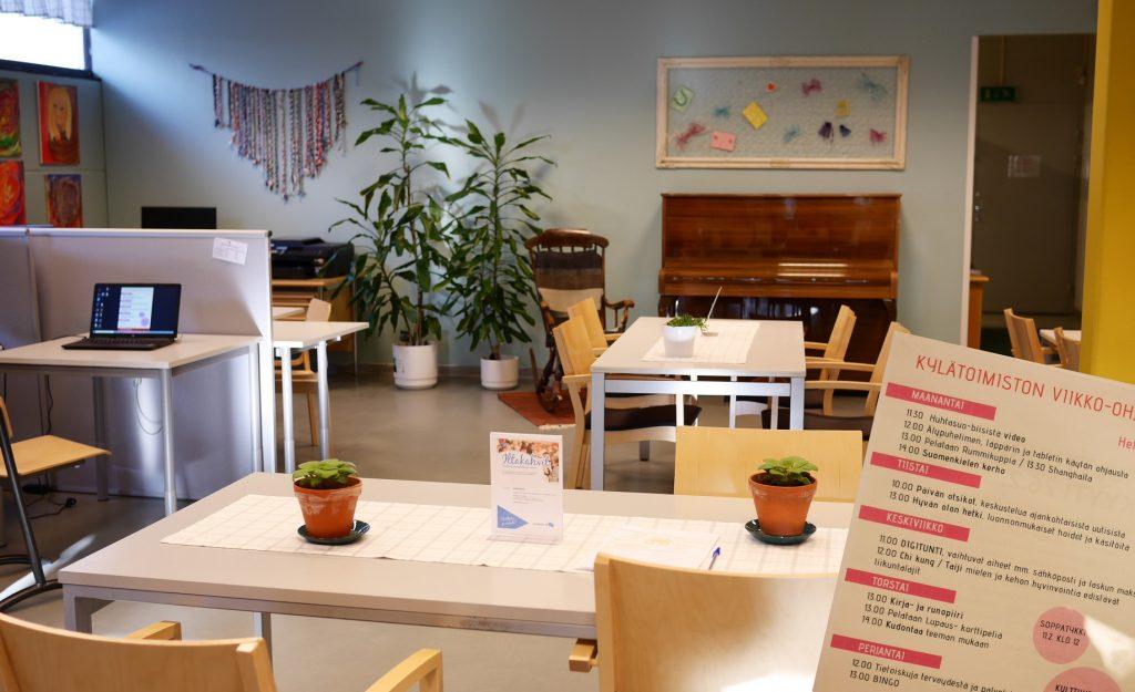 Kylätoimistossa pöytiä, tietokoneita, piano