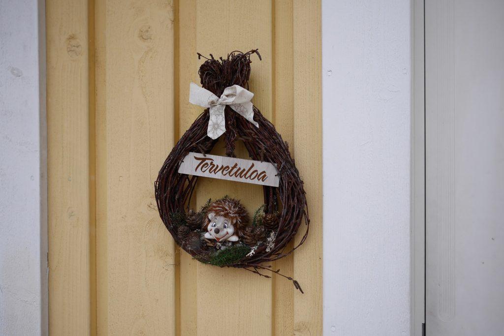 Tervetuloa-kyltti ovessa