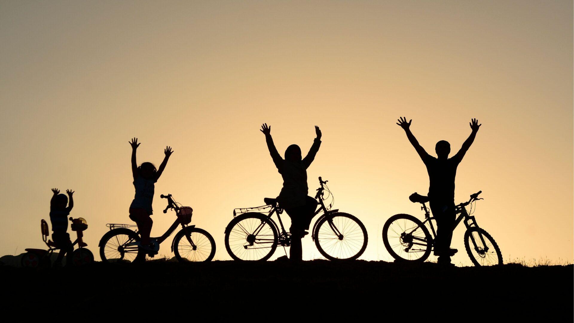 Pyöräilijöiden silhuetti auringonlaskussa